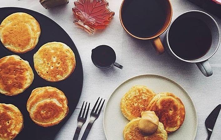 素敵な1日の始まりに!カリもちのイギリス式パンケーキ「クランペット」はいかが?