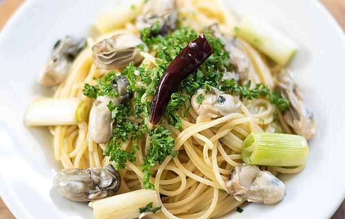 思わずまねしたくなる!牡蠣を使ったアヒージョとオイルパスタのレシピ