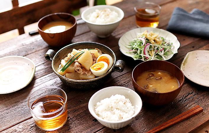 【ふたりで作るおしゃべりごはん】冬野菜を楽しむ!豚バラ大根と水菜のコールスロー