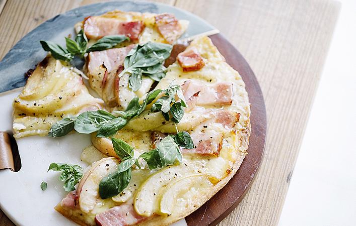 【綾夏のフルーツレシピ】旬の桃を料理にも!この夏作りたいピーチピザ