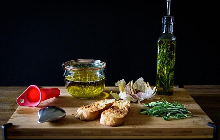 自作オイルで料理を楽しもう!あると便利な「ガーリックオイル」と「ハーブオイル」
