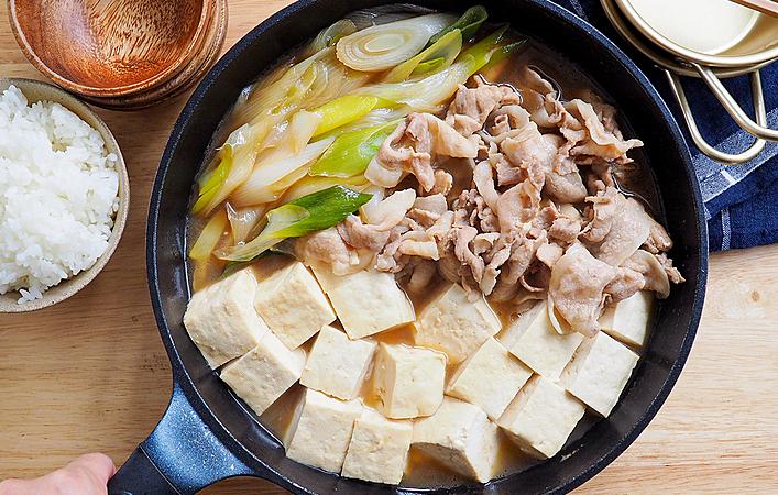 フライパンごと食卓へ!煮込み10分で作れちゃうご飯が進む肉豆腐
