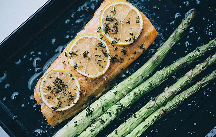 【おうちde英国ごはん】オーブンで簡単「サーモンとアスパラガスのレモングリル」