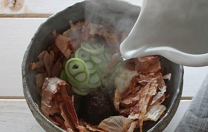 """お湯を注ぐだけ!かつお節たっぷりで作る沖縄の滋養食""""かちゅー湯""""に注目"""