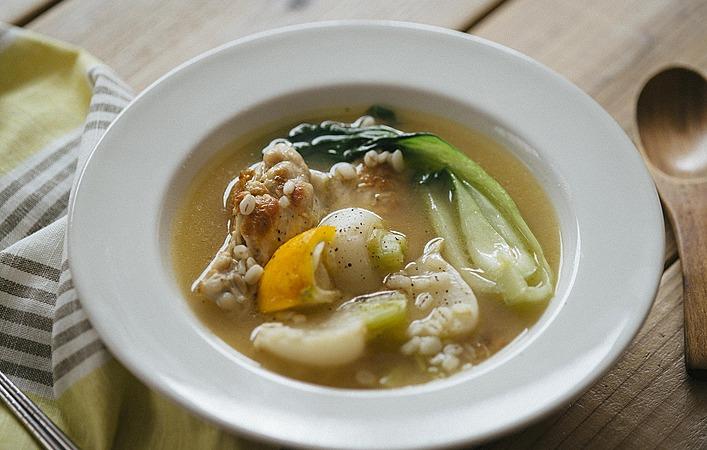 弱った胃腸にも優しくほっこり。柚子香る押し麦と鶏肉のスープ