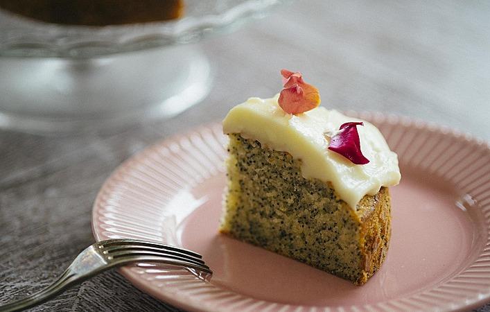 【おうちde英国ごはん】プチプチ食感がおいしい「レモンとポピーシードのケーキ」