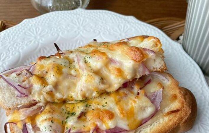 具材たっぷりでチーズがとろ~り!おいしくてお腹大満足のトーストアレンジ8選