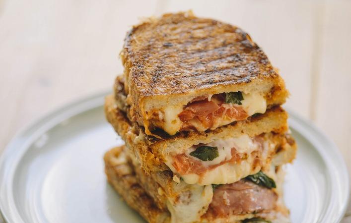 ピクニックやランチに!フライパンで作る「マルゲリータ グリルド サンドイッチ」