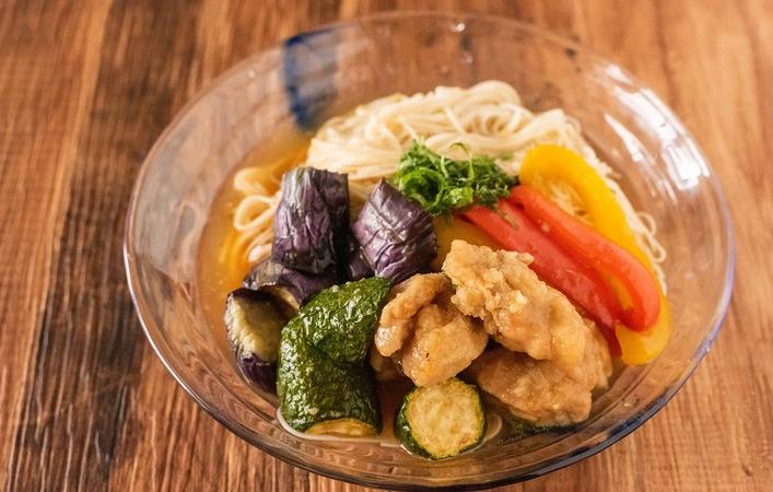 【もてなしオトコメシ】夏のごちそうレシピ「夏野菜と鶏もも肉の揚げ浸し」