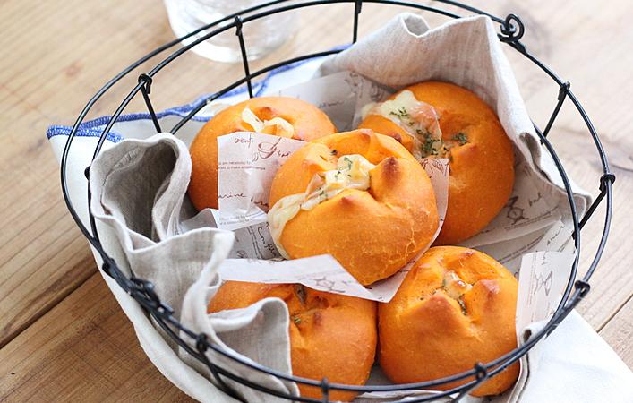 栄養満点!真っ赤なトマトジュースでとろ~りチーズのパンを作ろう
