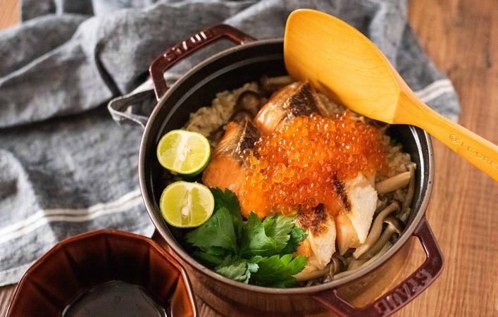 【もてなしオトコメ】秋を味わう!鮭といくらの親子炊き込みご飯