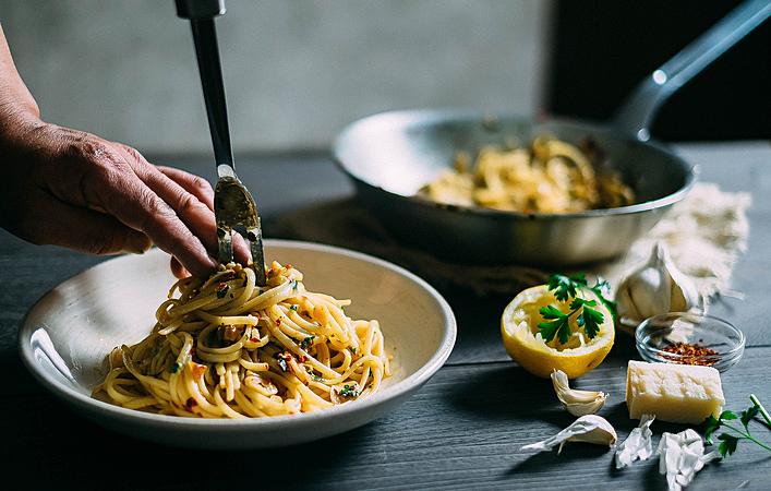 パスタ・サラダ・チキンにも!手作りガーリックオイルを使ったお料理いろいろ。
