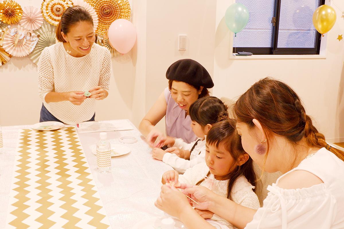 718ab650496aa 子供たちの表情も真剣。ママたちと一緒にチャレンジし、みんな上手にかわいいピックを完成させていました。子供でも簡単に作れるのに、パーティーでは華やかな演出に大  ...