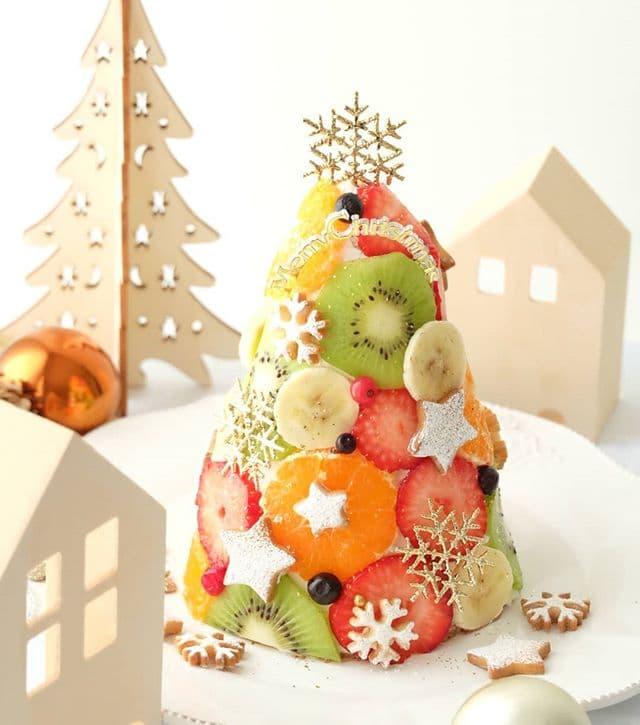クリスマスツリーの形のかわいくて美味しそうなケーキ